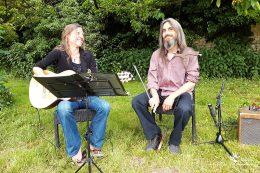 Alexandra David (guitare classique) et Thomas Jacquot (scie musicale)