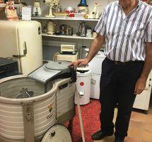 Pierre Chaillot, président de l'ACEL (Association pour la Connaissance de l'Électricité et la Lumière) présente un lave-linge datant de 1936-Musée de l'électricité «Hippolyte Fontaine» Dijon